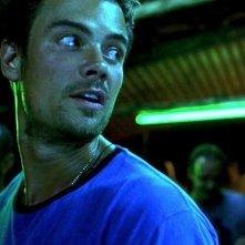 primo piano di Josh Duhamel  in una scena del film Turistas