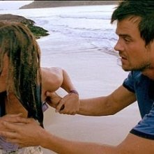Josh Duhamel e Olivia Wilde  in una scena del film Turistas