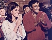 Peter Sellers e Claudine Longet in una scena del film Hollywood Party