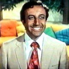 un sorridente Peter Sellers in una scena del film Hollywood Party