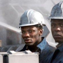 Mncedisi Shabangu e Derek Luke in una scena del film Catch a Fire