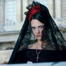 Asia Argento di nero vestita in una scena del film Une vieille maitresse