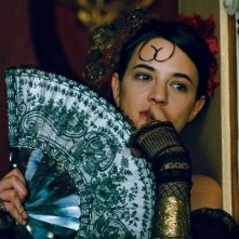 una seducente Asia Argento in una scena del film Une vieille maitresse