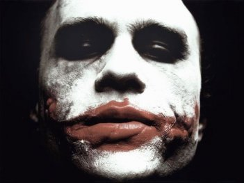 Heath Ledger è Joker in una scena del film Il cavaliere oscuro