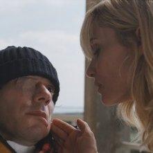 Emmanuelle Seigner  e Mathieu Amalric in una scena del film Le scaphandre et le papillon