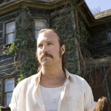 John Corbett in una scena del film The Messengers