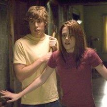 Kristen Stewart e Dustin Milligan in una scena del film The Messengers