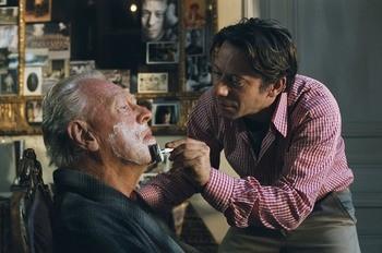 Mathieu Amalric e  Max von Sydow in una scena del film Le scaphandre et le papillon