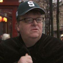 il regista Michael Moore in una scena di Sicko