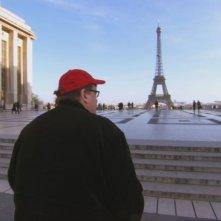Michael Moore a Parigi in una scena di Sicko