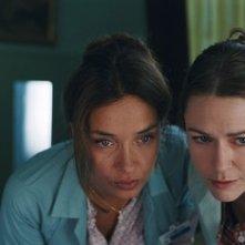 Olatz Lopez Garmendia e Marie-Joseé Croze in una scena del film Le scaphandre et le papillon