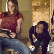 Oxide Pang e Kristen Stewart sul set del film The Messengers