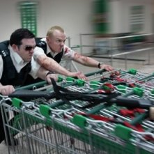 Nick Frost e Simon Pegg in una scena action di Hot Fuzz