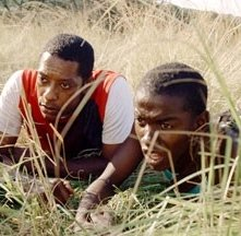 Gabriel Malema e Orlando Jones in una scena del film Primeval