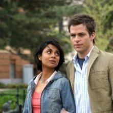 Anjali Jay e Chris Pine in una scena del film Appuntamento al buio