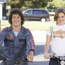 Andy Samberg e Isla Fisher in una scena di Hot Rod