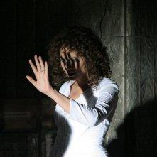 Valeria Golino si ripara gli occhi dalla luce in una scena del film Il sole nero