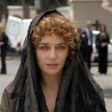 Valeria Golino con il capo coperto da un velo in una scena del film Il sole nero