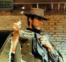 Clint Eastwood in una scena del western PER UN PUGNO DI DOLLARI