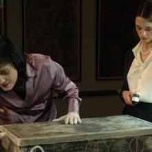 Coralina Cataldi Tassoni e Asia Argento aprono incautamente un reperto antico in una scena del film La terza Madre