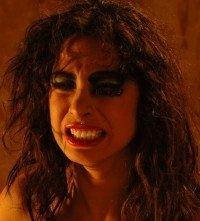 Una smorfia di Moran Atias, potente strega nel film La Terza Madre
