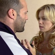 Amy Smart e Jason Statham in una scena di Crank
