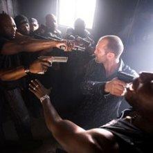 Jason Statham in una scena del film Crank, regia di  Mark Neveldine