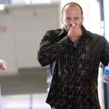Jason Statham (Chev) in una scena del film Crank