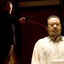 Keone Young e Jason Statham in una scena del film Crank
