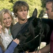 Ryan Kwanten, Tim McGraw, Alison Lohman e Maria Bello in una scena del film Flicka
