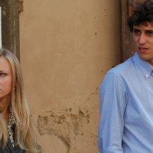 Corrado Fortuna insieme a Elena Bouryka in una scena del film Agente Matrimoniale