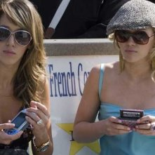 Haylie e Hilary Duff in una scena della commedia Material Girls