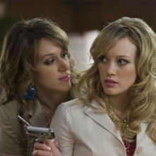Hilary e haylie Duff in una scena di Material Girls
