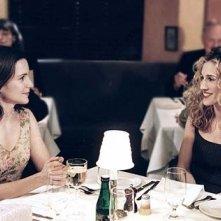 Kristin Davis con Sarah Jessica Parker in una scena di Sex and the City, episodio Mancanza di sesso
