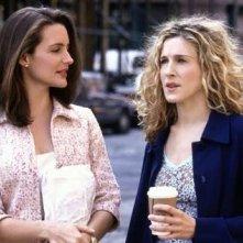 Kristin Davis e Sarah Jessica Parker in una scena di Sex and the City, episodio Sesso a tre