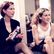 Sarah Jessica Parker e Cynthia Nixon in una scena di Sex and the City, episodio Desideri particolari