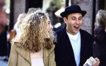 Willie Garson e Sarah Jessica Parker in una scena di Sex and the City, episodio Singles & Sposati