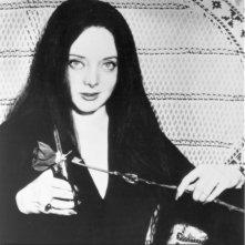 Carolyn Jones è la sexy e funerea Morticia ne 'La famiglia Addams'