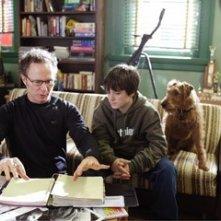Josh Hutcherson e Todd Holland in una scena del film Il cane pompiere