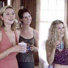 Cynthia Nixon con Sarah Jessica Parker e Kim Cattrall in una scena di Sex and the City, episodio Meglio giovani o mature?