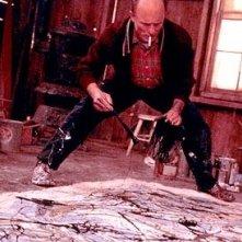 l'attore Ed Harris in una scena del film Pollock