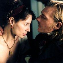 Guillaume Depardieu e Jeanne Balibar in una scena del film La duchessa di Langeais