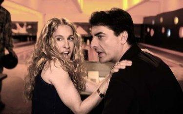 Sarah Jessica Parker e Chris Noth in una scena di Sex and the City, episodio Strane opportunità