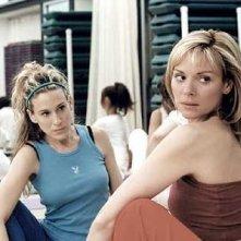 Sarah Jessica Parker e Kim Cattrall in una scena di Sex and the City, episodio L'amico per il sesso