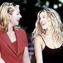 Sarah Jessica Parker e Kim Cattrall in una scena di Sex and the City, episodio Ti è piaciuto?