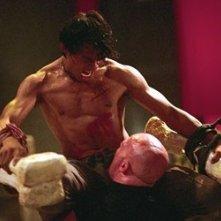 Tony Jaa in una sequenza del film The Protector - La legge del Muay Thai (Tom yum goong)