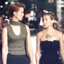 Cynthia Nixon insieme a Sarah Jessica Parker in una scena di Sex and the City, episodio Aminemiche