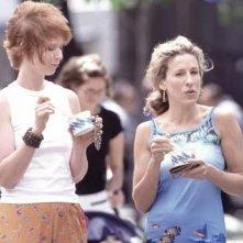Cynthia Nixon e Sarah Jessica Parker in una scena di Sex and the City, episodio Eterne ragazzine