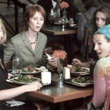 Cynthia Nixon, Kristin Davis, Sarah Jessica Parker e Kim Cattrall in una scena di Sex and the City, episodio Eterne ragazzine