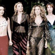 Le quattro amiche Cynthia Nixon, Kristin Davis, Sarah Jessica Parker e Kim Cattrall in una scena di Sex and the City, episodio L'apparenza conta?